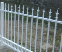 Clôture faite de barreaux en aluminium, ressemblant à du fer forgé, sans aucun risque de rouille, aucun entretien à prévoir