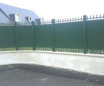 Pose d'une clôture imitant le fr forgé, modèle assorti au portail et au portillon