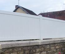 Pose de clôture en panneaux pvc et aluminium, sans aucun vis à vis
