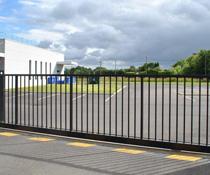 Pose d'un portail coulissant autoporté, pour pros, grande largeur avec motorisation enterrée