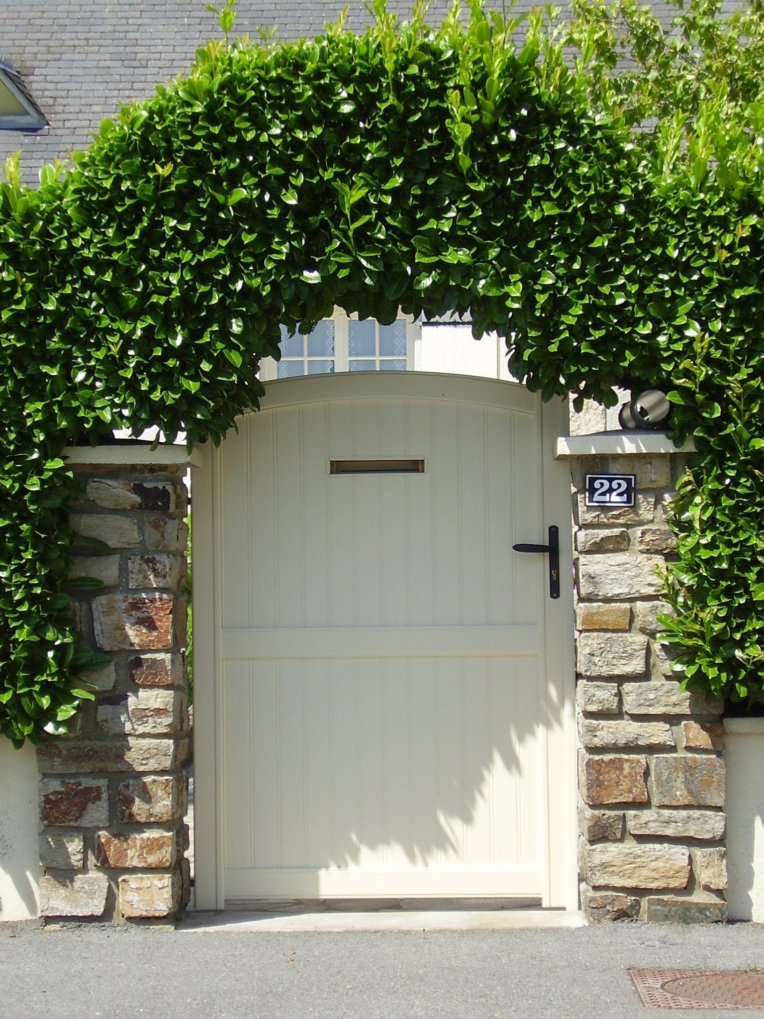 Pose d'un portillon en aluminium avec boîte aux lettres intégrée