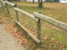 Pose de Clôture bois en rondins de bois, pour les collectivités et le secteur publics, jardins et parcs