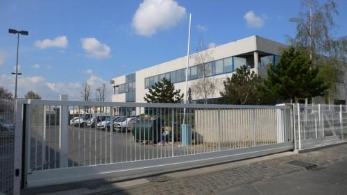 Portail autoportant blanc de marque normaclo pour industrie située dans l'Oise 60