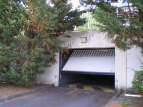Porte basculante installée pour parking d'une résidence privée dans le 95 Val d'Oise