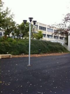Installation d'un candélabre dans une cour de récréation d'un collège à Sarcelles 95 dans le VAL d'Oise